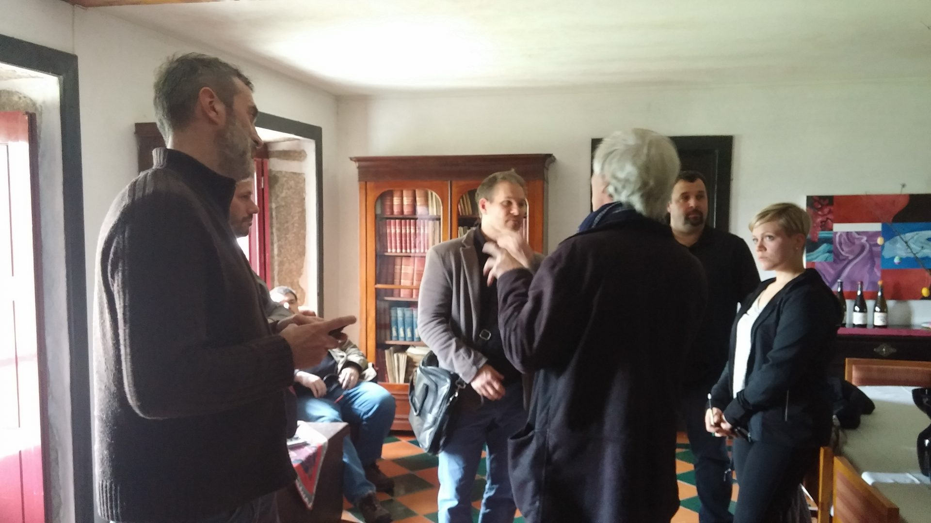 Le Sorcier weaving a spell (L-R Anton Potvin, somm; Michael Godel, writer; seated Michael PIinkus, writer; Drew Innes, writer; Gandalf; Evan Saviolidis, writer; Émilie Courtois, somm)